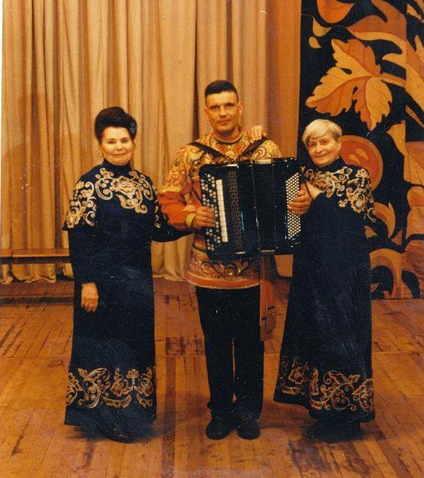 Акентьева А.С., слева. Выступление в ДКШ