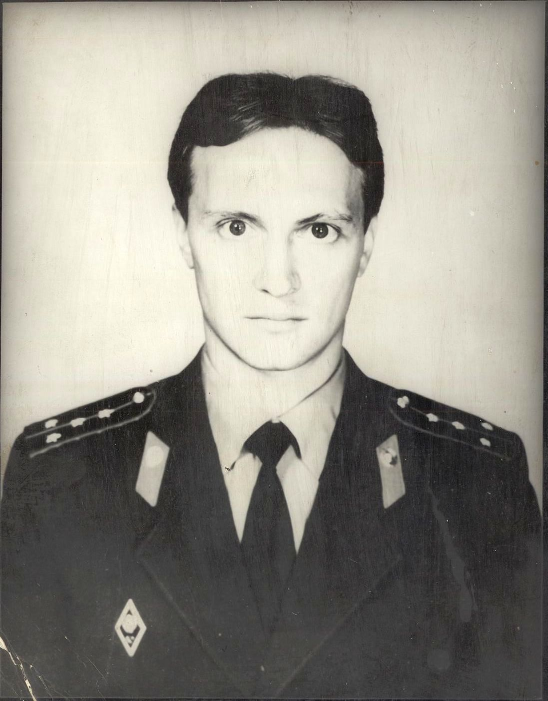 Выпускник школы №16 города Кемерово 1975 года. Старший оперуполномоченный по особо важным делам оперативно-розыскного бюро УВД Кемеровской области.