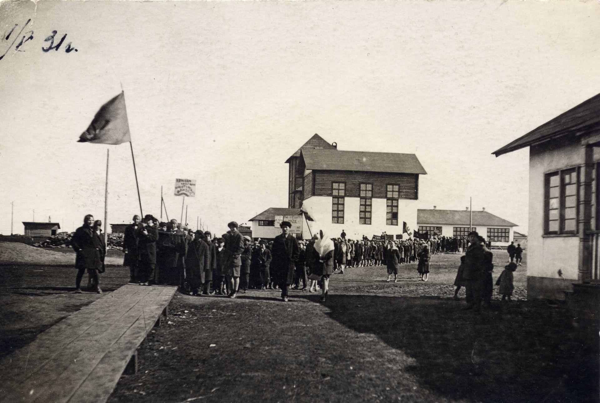 1931 год первомайская демонстрация школа 16 Кемерово