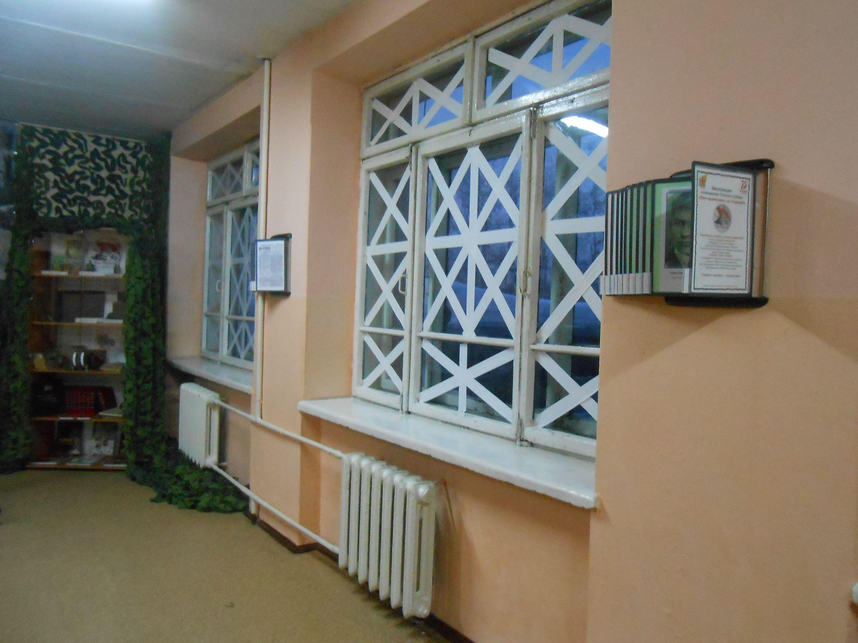 Окна в школьном коридоре