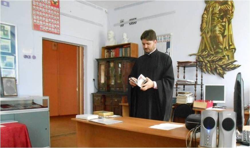 Отец Сергий Адонин читает стихи кузбасских поэтов