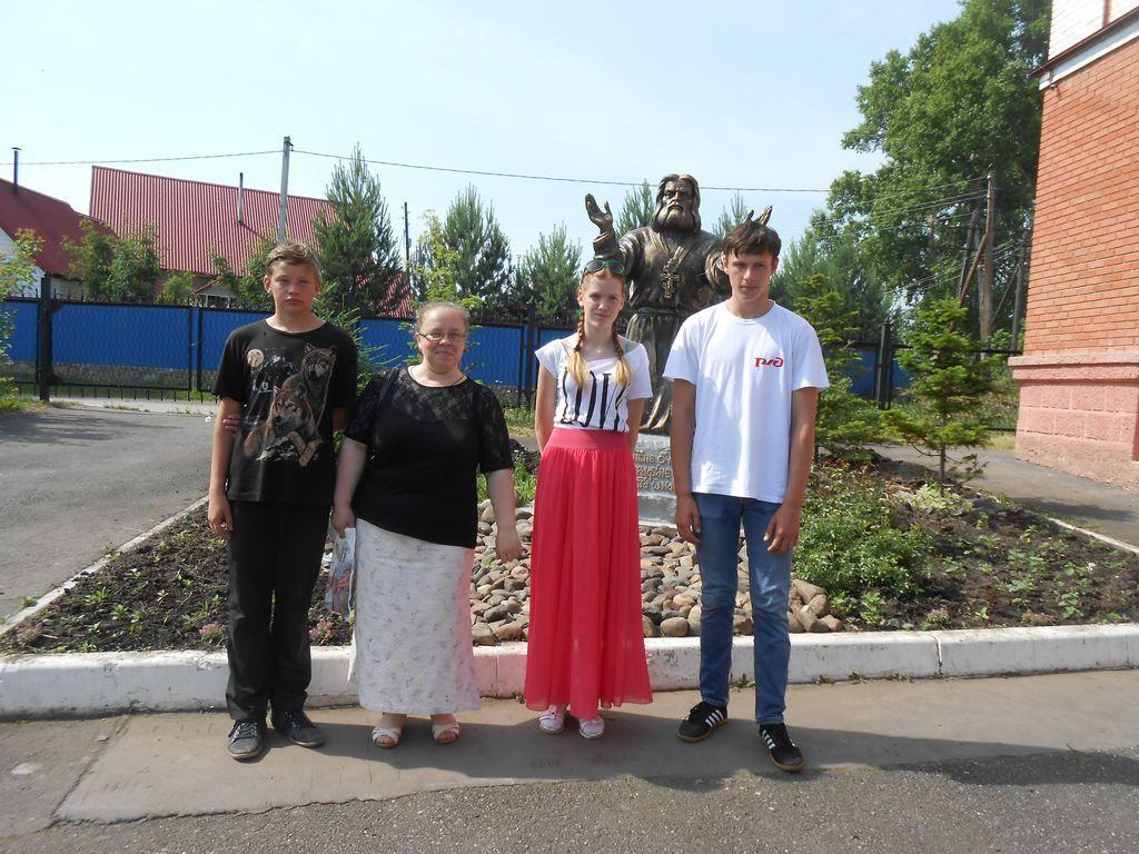 У памятника Серафима Саровского
