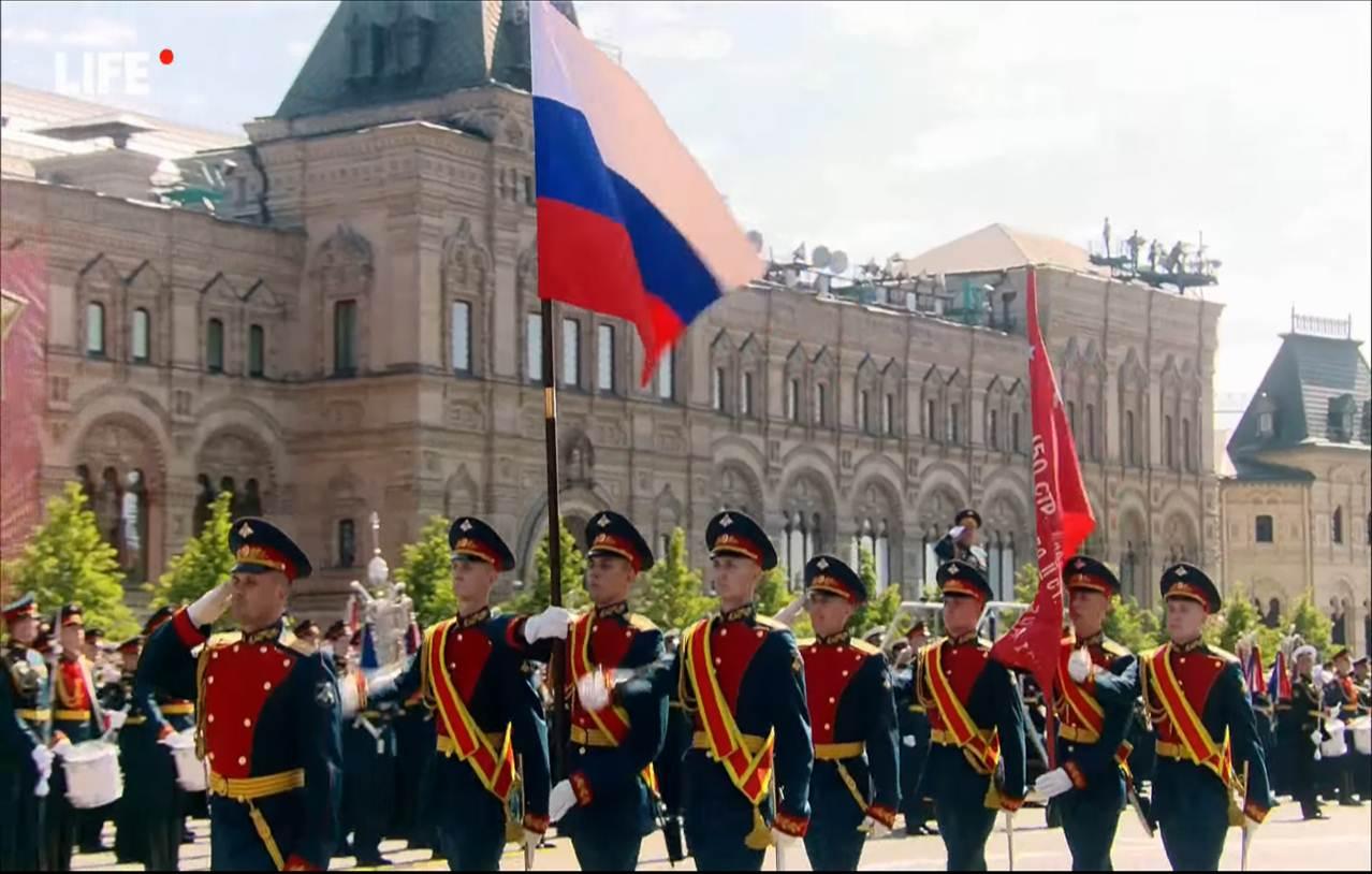 На площади знаменная группа