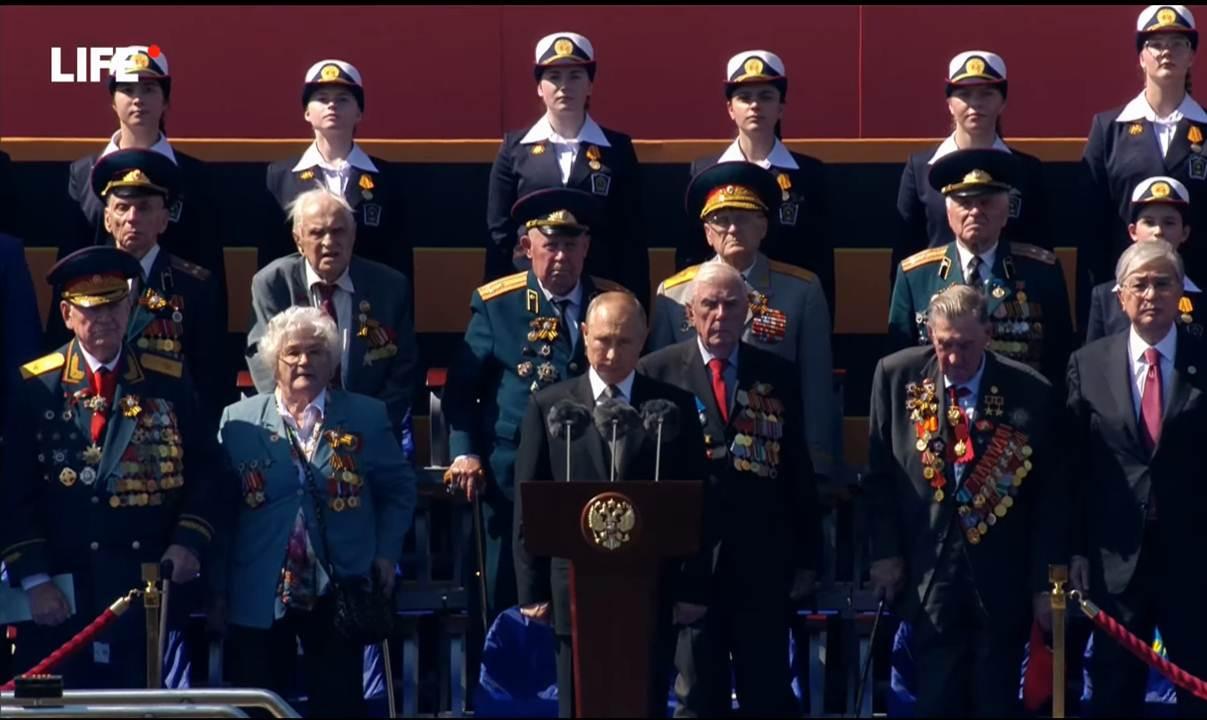 В. Путин и гости на трибуне
