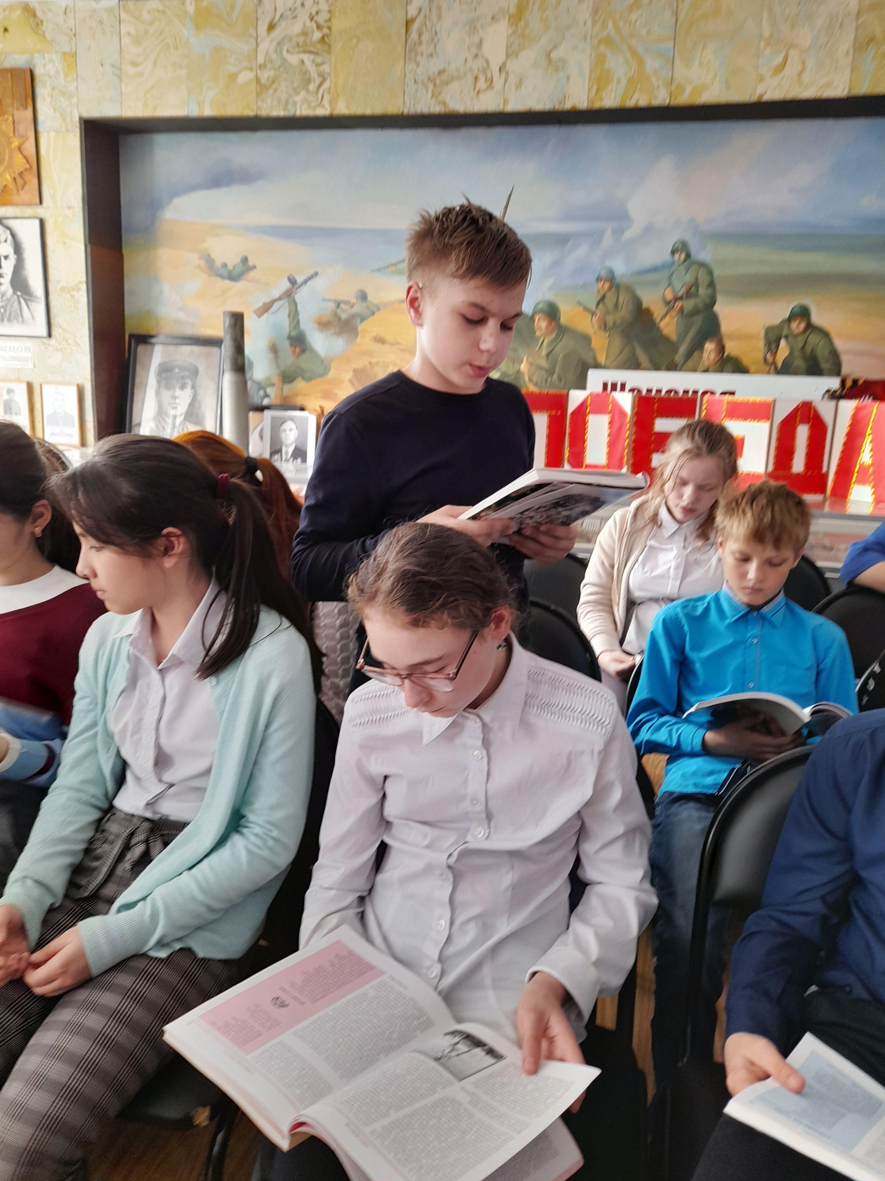 Тайров А. читает стихи Г.Юрова