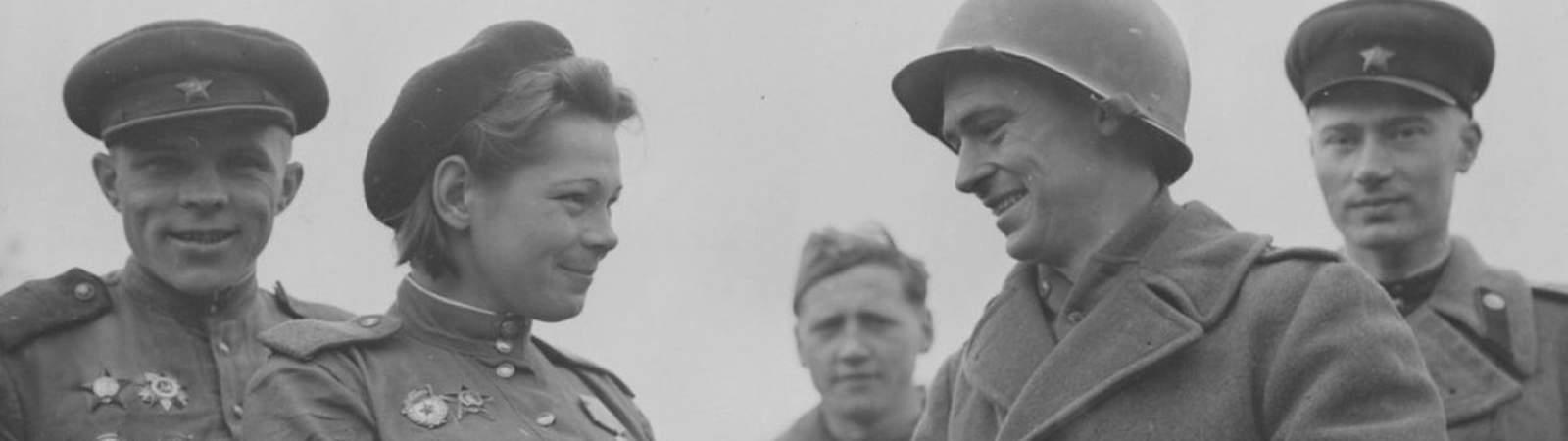 Девушки среди солдат