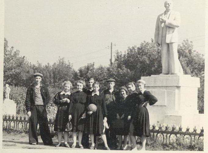 50-е годы 10 кл. А у памятника школа 16 Кемерово